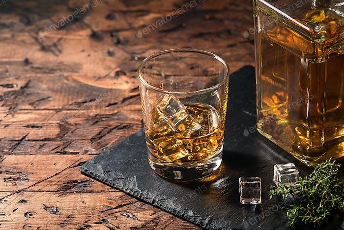 Whiskey mit Eis in Gläsern