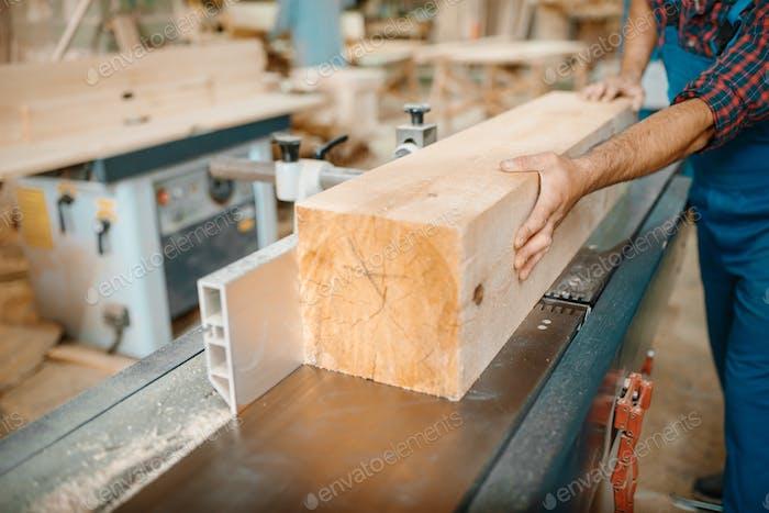 Carpenter verarbeitet Holzbalken auf Flugzeug Maschine
