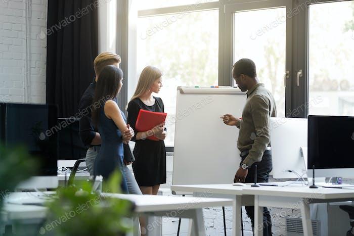 Geschäftsleute mit Konferenzbesprechung