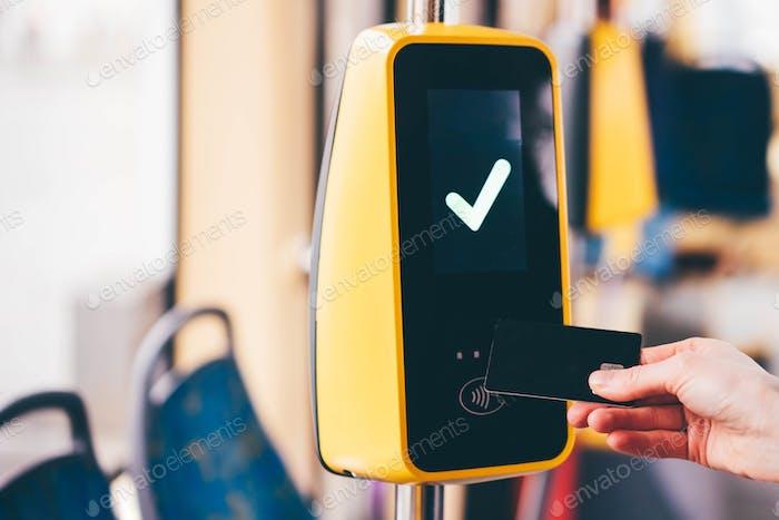 Mädchen zahlen kontaktlose Karte für das Straßenbahnticket. Zahlung per Karte, Banküberweisung.