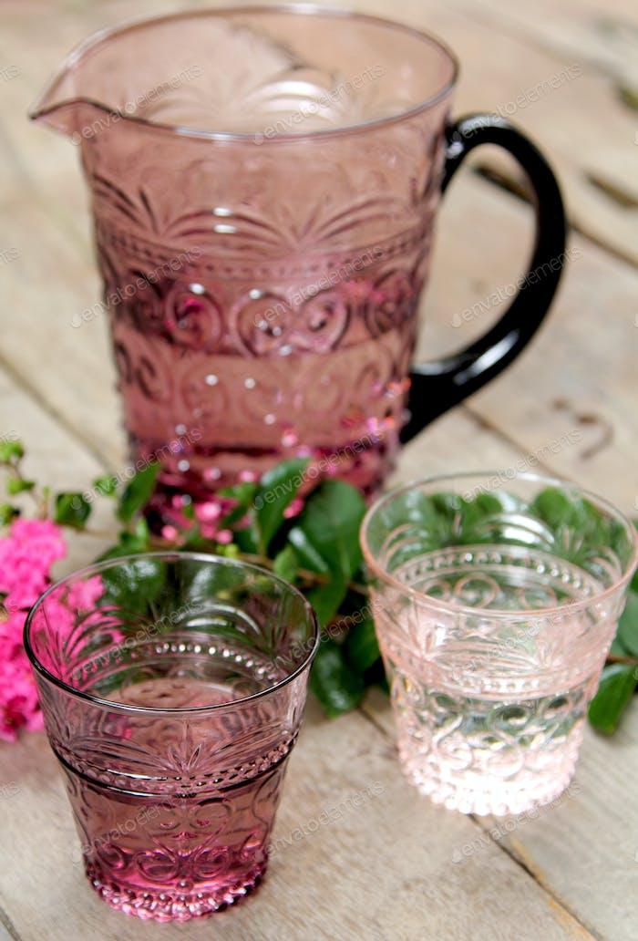 Krug und Gläser Wasser
