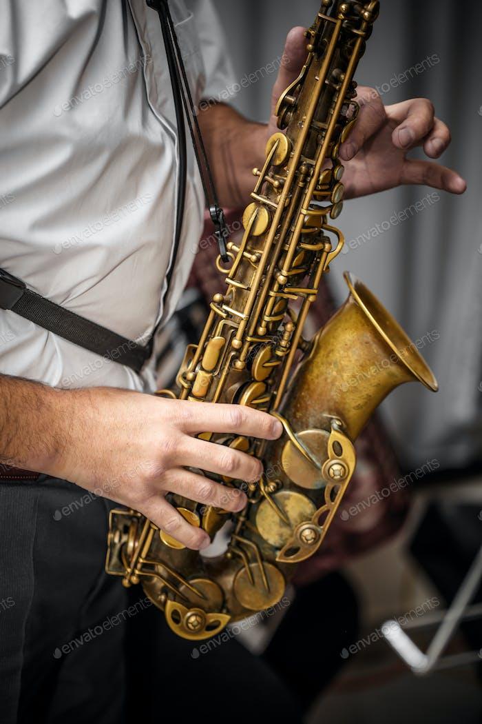 Musiker spielt das Saxophon