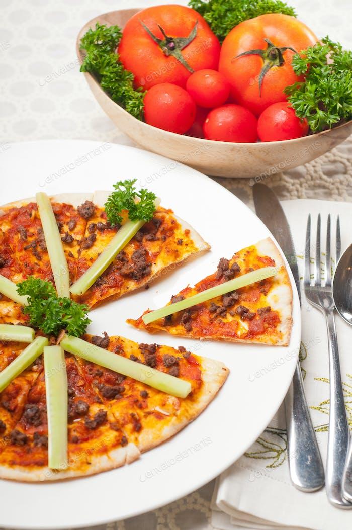 Türkische Rindfleisch-Pizza mit Gurke