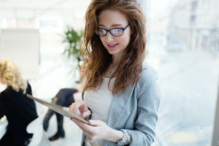 Elegante kluge Geschäftsfrau im Firmenbüro