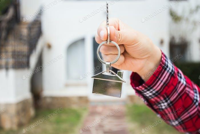 Neues Haus, Haus, Immobilien und Mieter - Immobilienmakler Übergabe eines Hausschlüssels