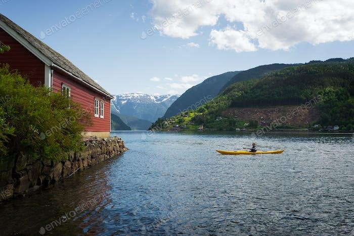 Kajakfahren auf einem Fjord in Norwegen