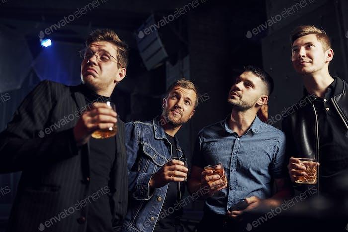 Konzeption des Nachtlebens. Die Leute haben Spaß im Club. Mit Alkohol in den Händen