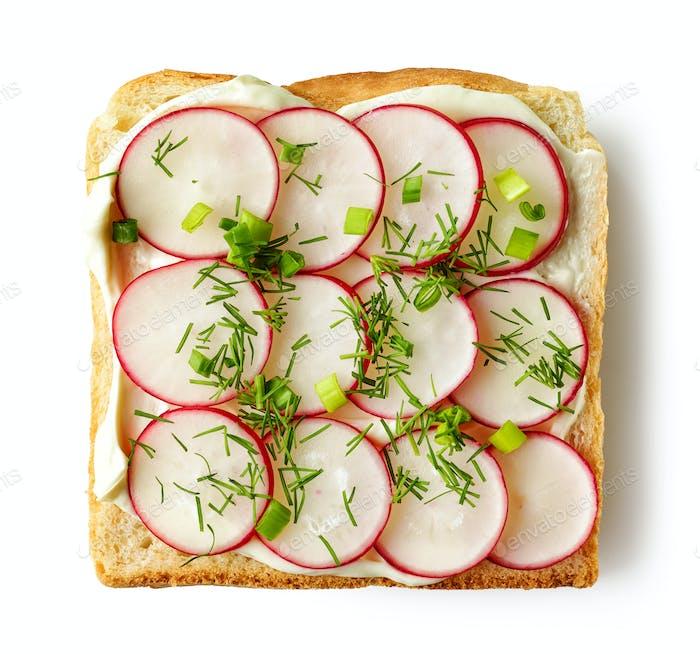 geröstetes Brot mit Frischkäse und Rettich