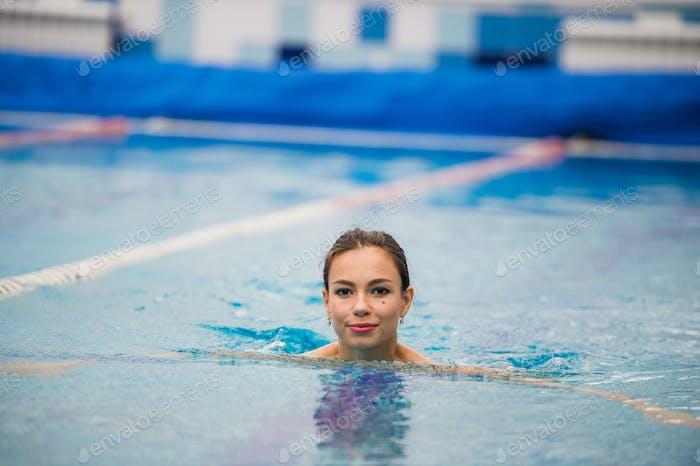 Lächelnd Porträt der schönen Frau im Schwimmbad