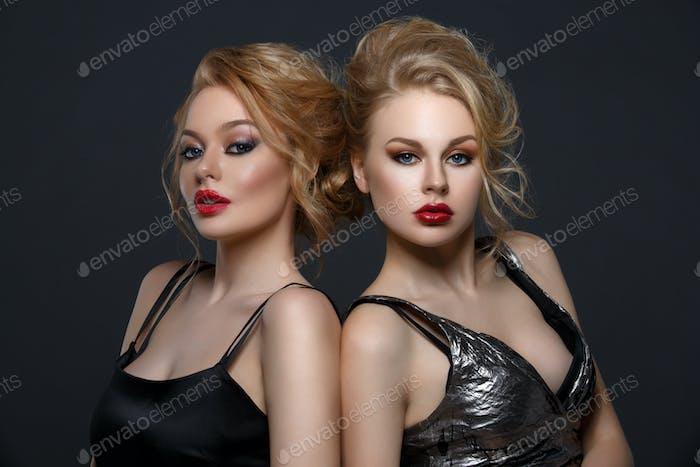 Zwei schöne Mädchen in Abendkleidern