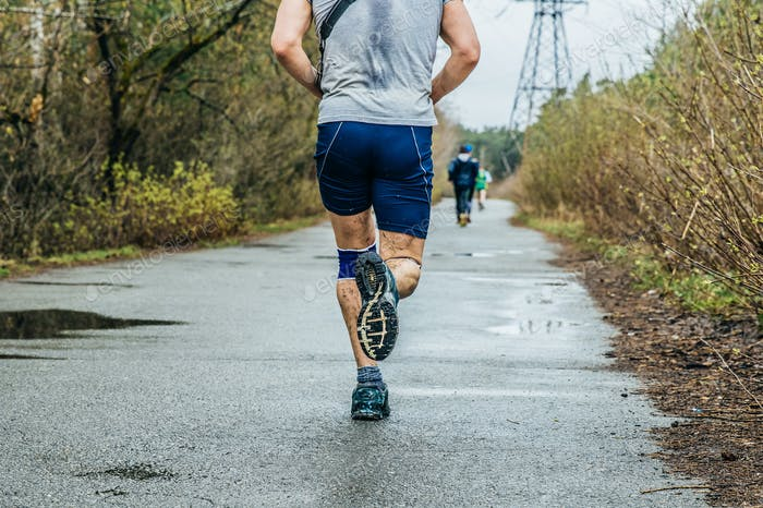 Männlich Läufer Laufen auf Asphalt Straße