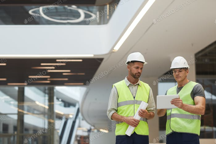 Bauarbeiter im Bürogebäude