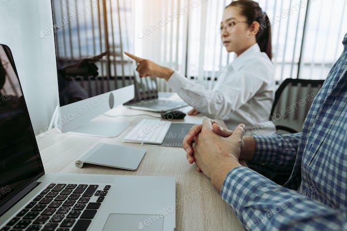 Dos asociaciones que desarrollan tecnologías de programación y codificación que trabajan en portátiles