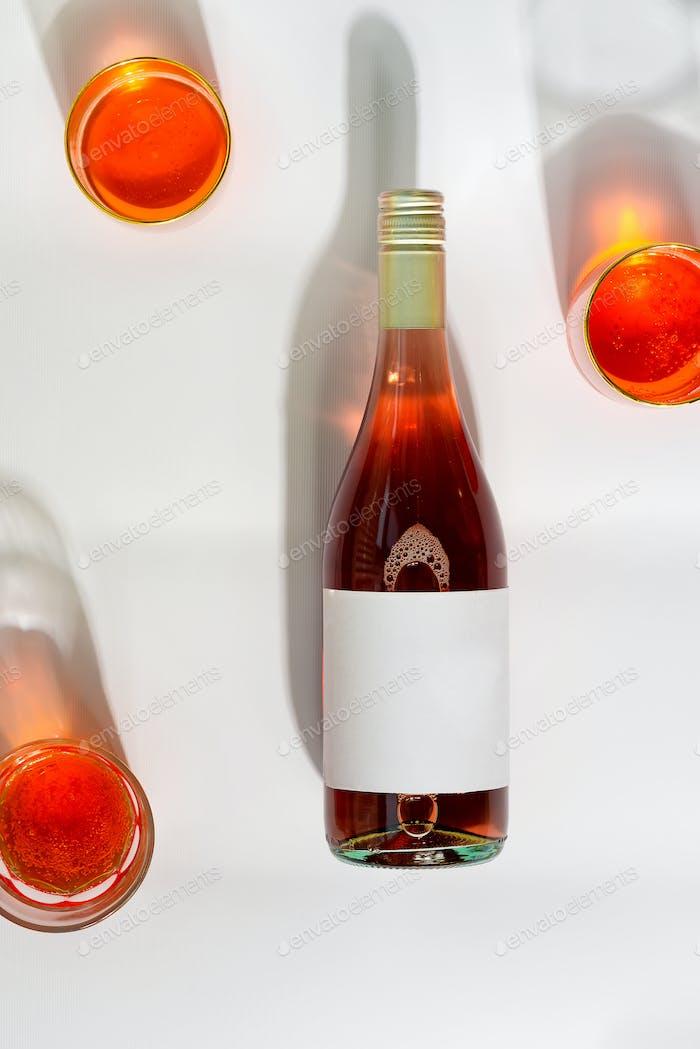 Weingläser mit Wein und Mock-up Flasche Rosenwein