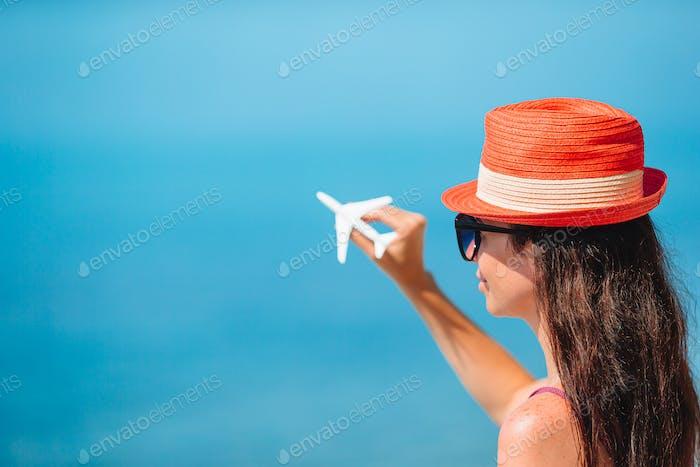 Avión de juguete en miniatura en manos femeninas. Viaje en avión. Imagen conceptual para viajes y turismo