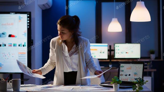 Gestresste Managerin, die mit Finanzdokumenten arbeitet
