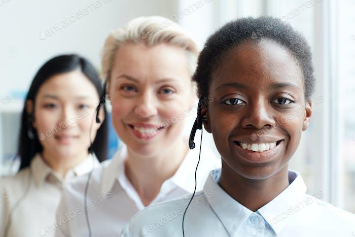 Lächelnder afroamerikanischer Operator steht in Reihe