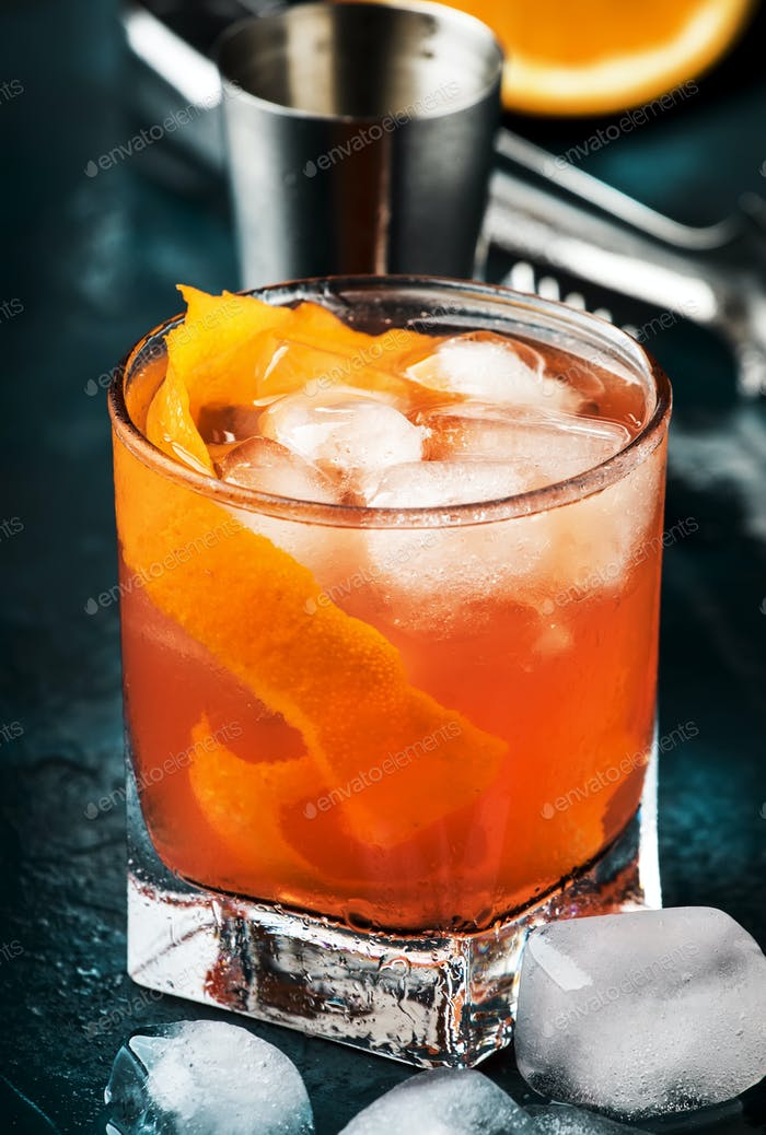 Orange Alkohol Cocktail mit rotem Wermut