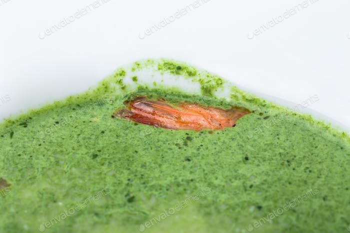 Delicious spinach cream soup with prawns.