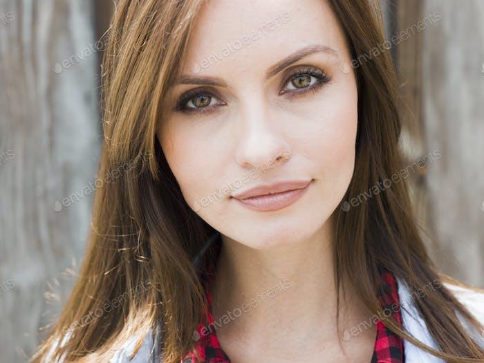 Una mujer joven con ojos marrones.