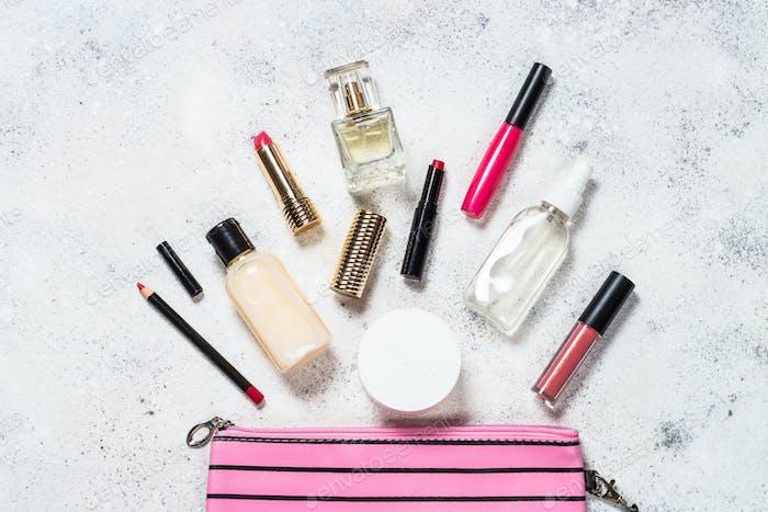 Schminkbeutel mit kosmetischen Beauty-Produkten