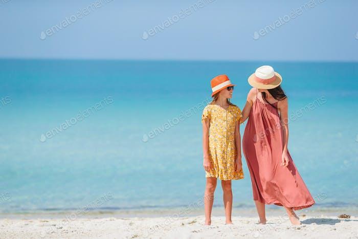 Schöne Mutter und Tochter am Strand