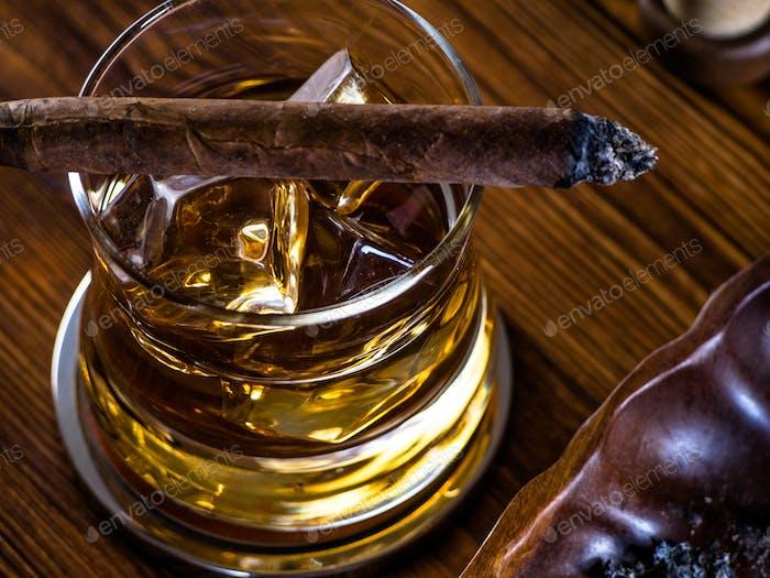 Whisky auf den Felsen und eine Zigarre
