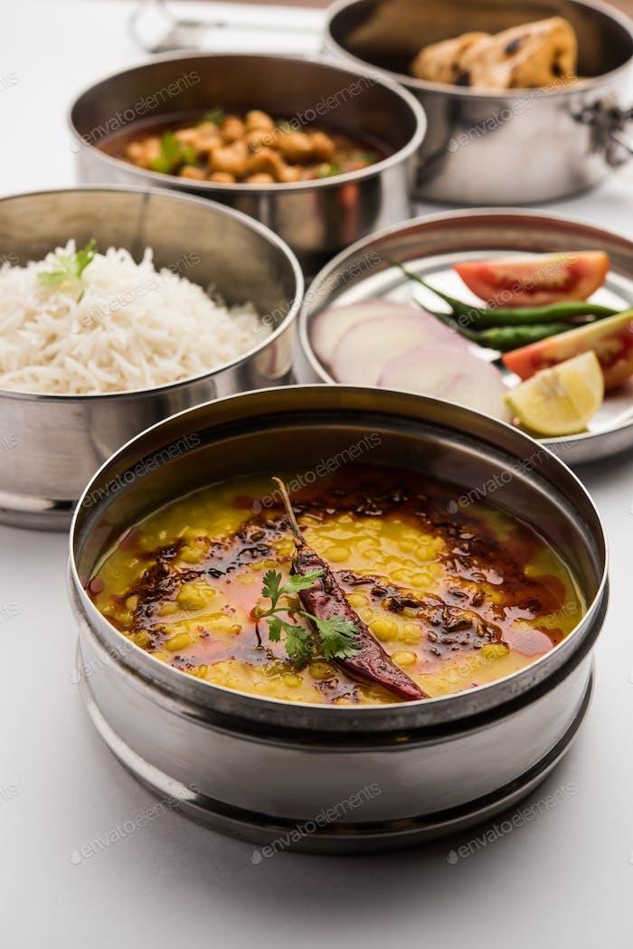 Indian Veg Lunchbox für Büro des Arbeitsplatzes mit Chole, Dal Fry Reis und Chapati