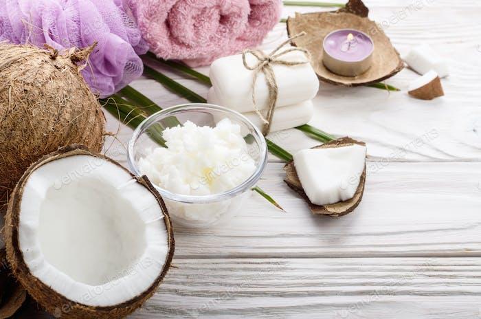 Flat Lay Body Care Kokosöl Seife und Kerze auf weißem Tabl