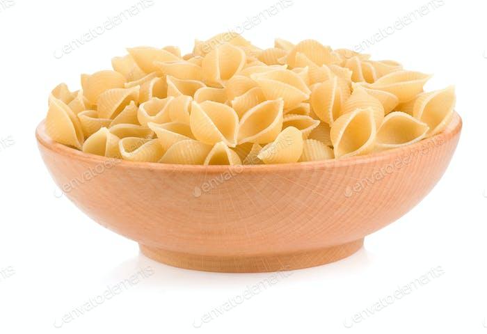 rohe Pasta und Platte isoliert auf weiß
