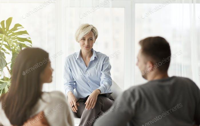 Psychologe Lächeln Blick auf Paare Versöhnung sitzen Im Büro