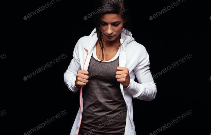 Fit junge Frau in Sportbekleidung