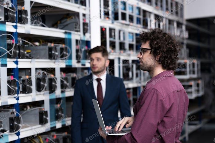 exitoso empresario e ingeniero informático trabajando juntos en la granja minera de bitcoin