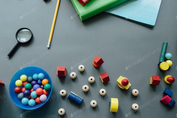 Hohe Ansicht von verstreuten Perlen und Spielzeughäusern