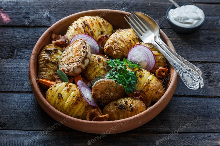 Ofengebackene Müheloskartoffeln mit Zwiebeln und Speck