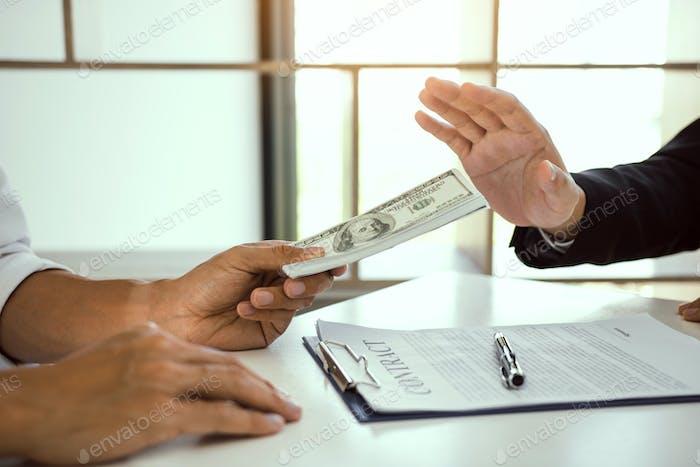 Persona de negocios que se niega a sobornar a un socio con el concepto de corrupción antisoborno.