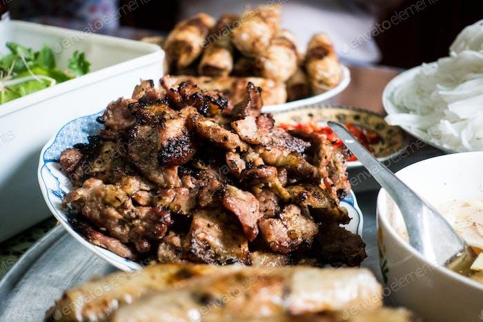 Vietnamesisches Brötchen cha Schweinefleisch auf einem Tisch