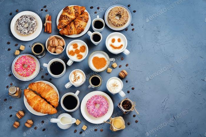 Stein Hintergrund mit verschiedenen Arten von Kaffee und Desserts zu