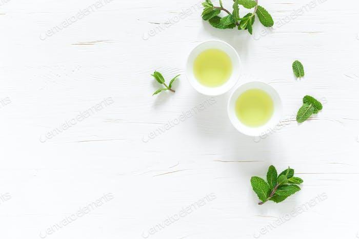 Grüner Pfefferminztee mit frischen Blättern