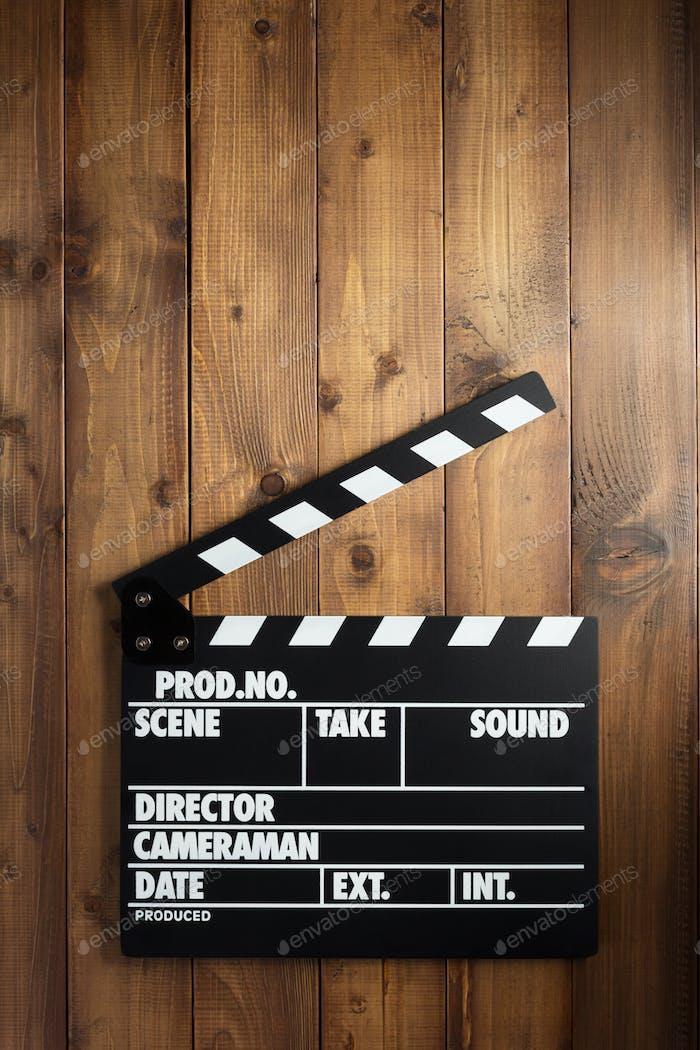 Film Klapper Board auf Holzhintergrund