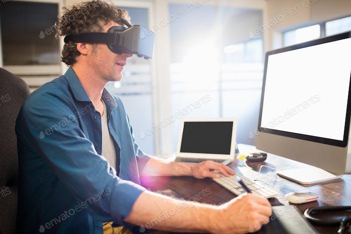 Geschäftsmann trägt virtuelle Brille