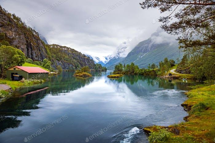 lovatnet lago Hermosa Naturaleza Noruega.