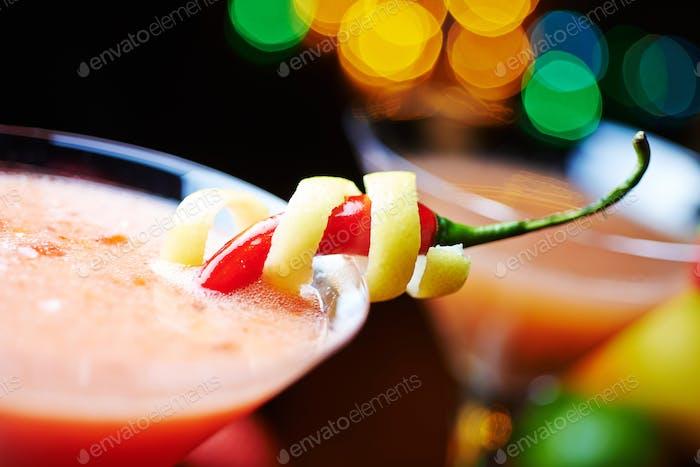 roter tropischer Alkohol Cocktail oder Limonade mit Dekoration.