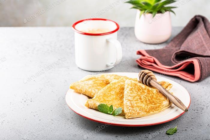 Köstliche leckere hausgemachte Crêpes oder Pfannkuchen