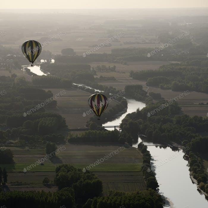 Heißluftballons über dem Fluss Cher in Frankreich