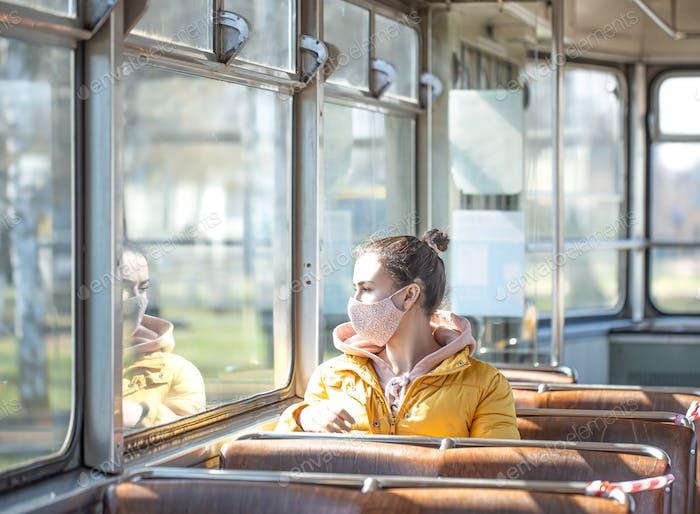 Una joven en transporte público durante la pandemia.