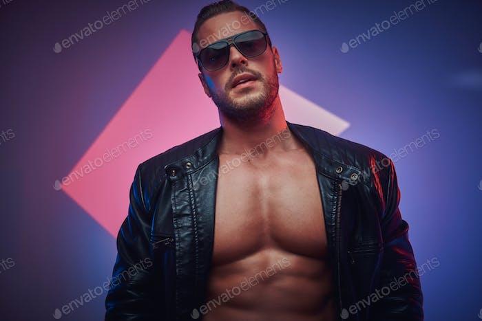 Портрет красивого мускулистого мужчины в фотостудии