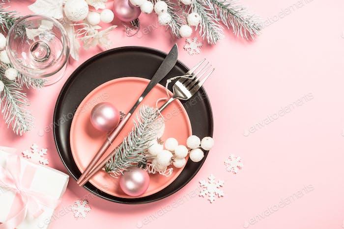 Weihnachtstisch auf rosa Draufsicht