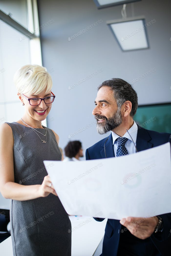 Geschäftsleute, die als Team im Büro diskutieren