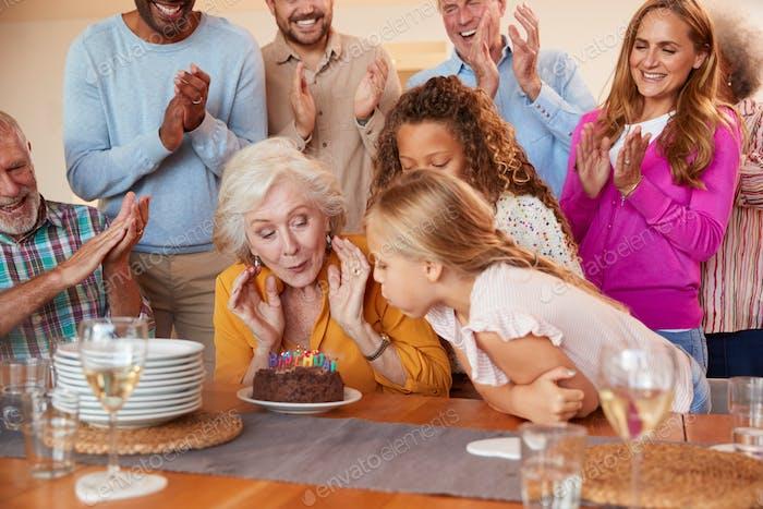 Multi-Generation Familie treffen sich, um Großmütter Geburtstag zu Hause zusammen zu feiern